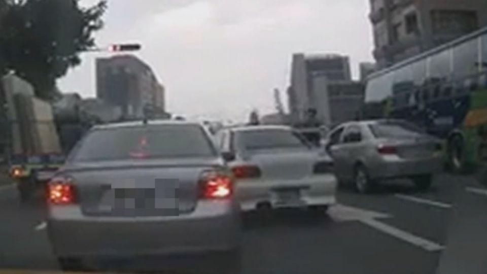 警攔應召車輛遭衝撞 車伕丟小姐獨自落跑