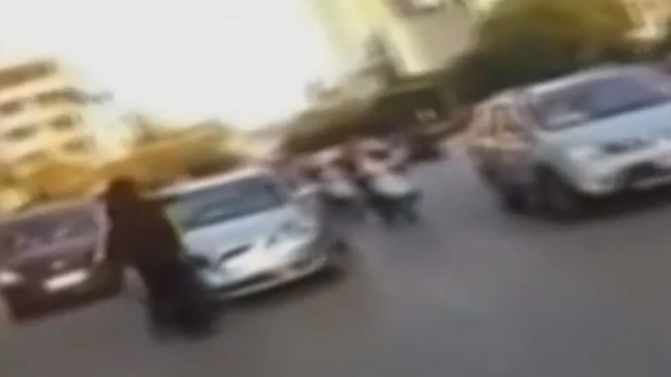 外賣員與車爭道遭毆打 跳上引擎蓋阻落跑