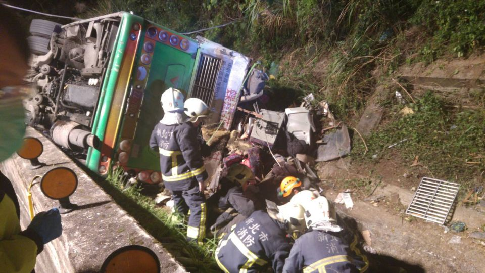 武陵團遊覽車33死意外!疑司機睡著肇禍 翻落邊坡
