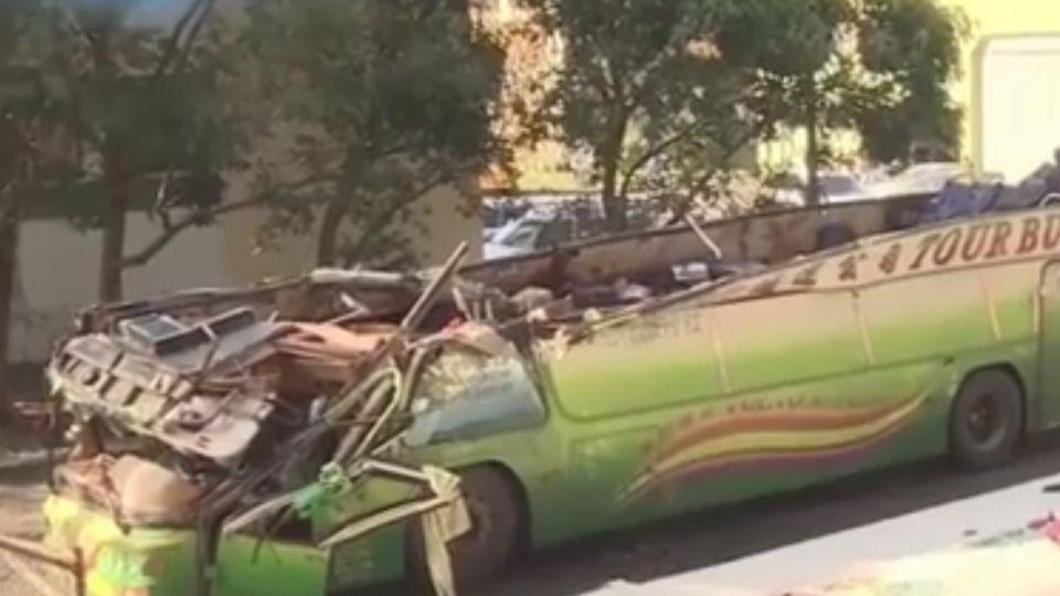車頂被掀翻! 乘客未繫安全帶+一路摩地慘死