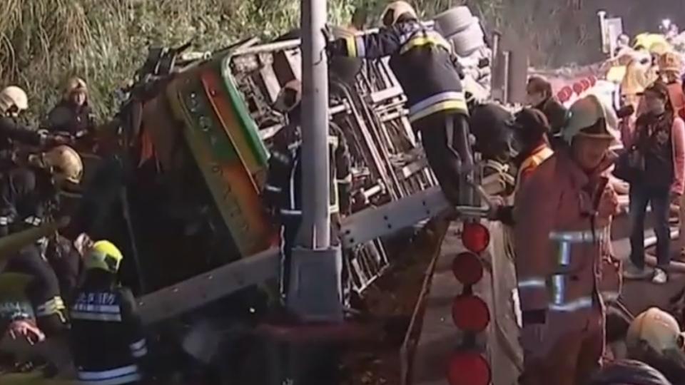遊覽車國道超速過彎 衝破護欄翻釀33死11傷