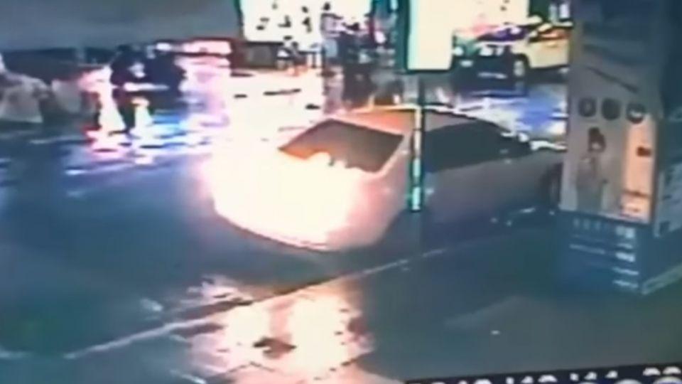 倒車撞倒機車 和解後控遭肇逃車主簡訊騷擾
