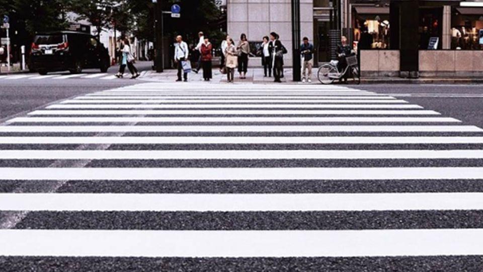 荷蘭測試「亮線」計劃 低頭族「免抬頭」過馬路