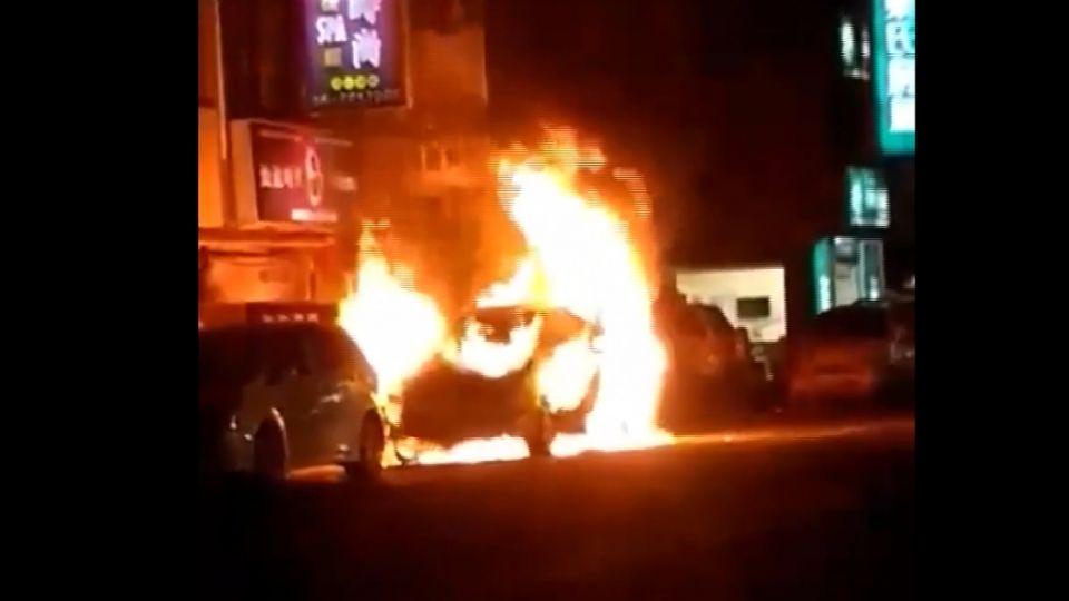 疑廟會鞭炮惹禍  休旅車燒成大火球