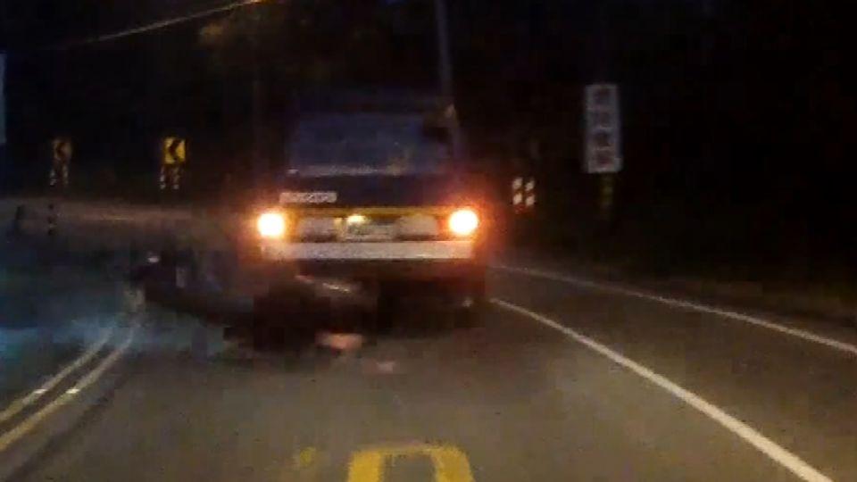 男子超車失控慘摔 機車打滑遭對向車輾斃