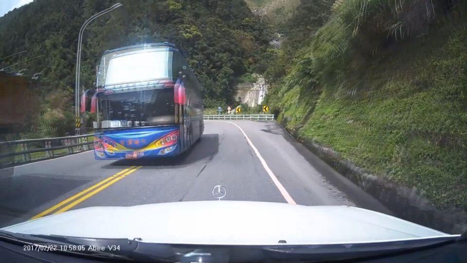 蘇花驚魂!大車跨線逆向超車 轎車連超3貨車