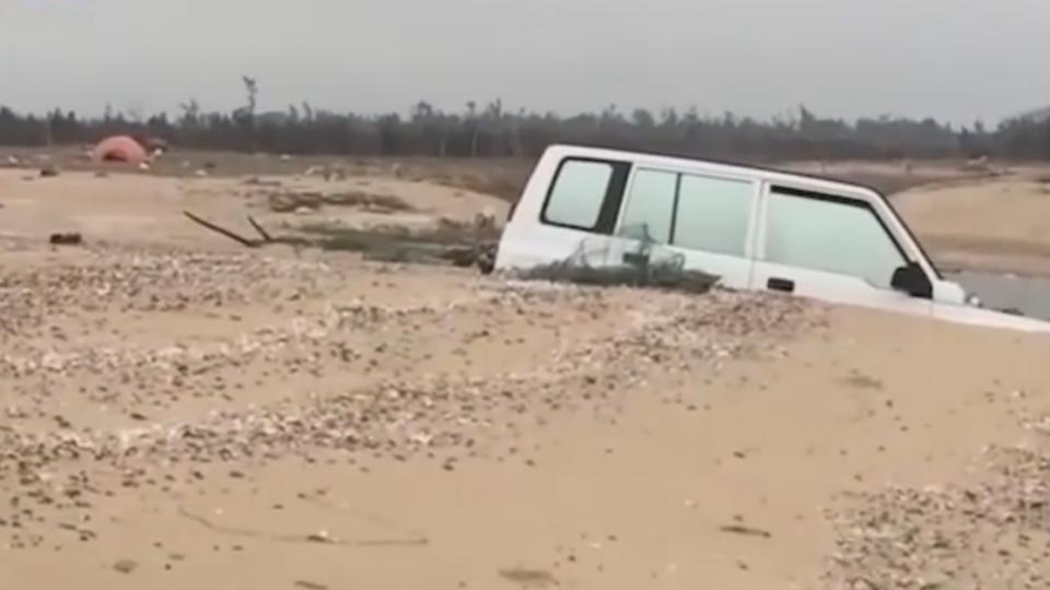 驚見白色吉普車! 金門海漂垃圾無奇不有