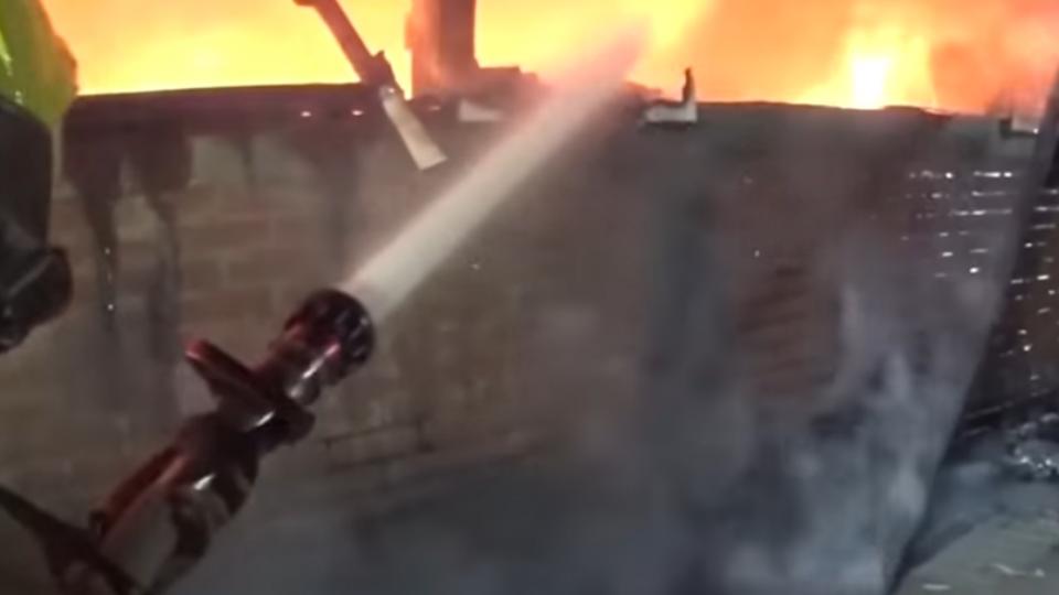 疑似電瓶充電充過頭 車棚陷火海燒4車