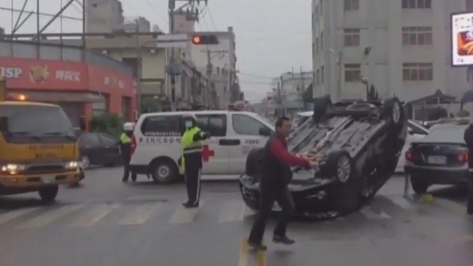 未禮讓救護車 轎車被撞翻還要挨罰