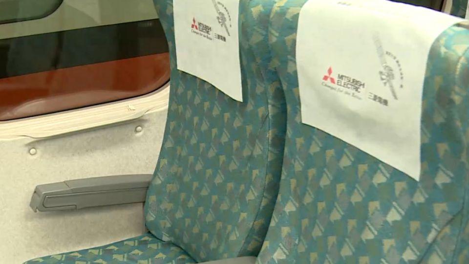 遇連假乘客多 80公斤大叔坐高鐵餐桌上