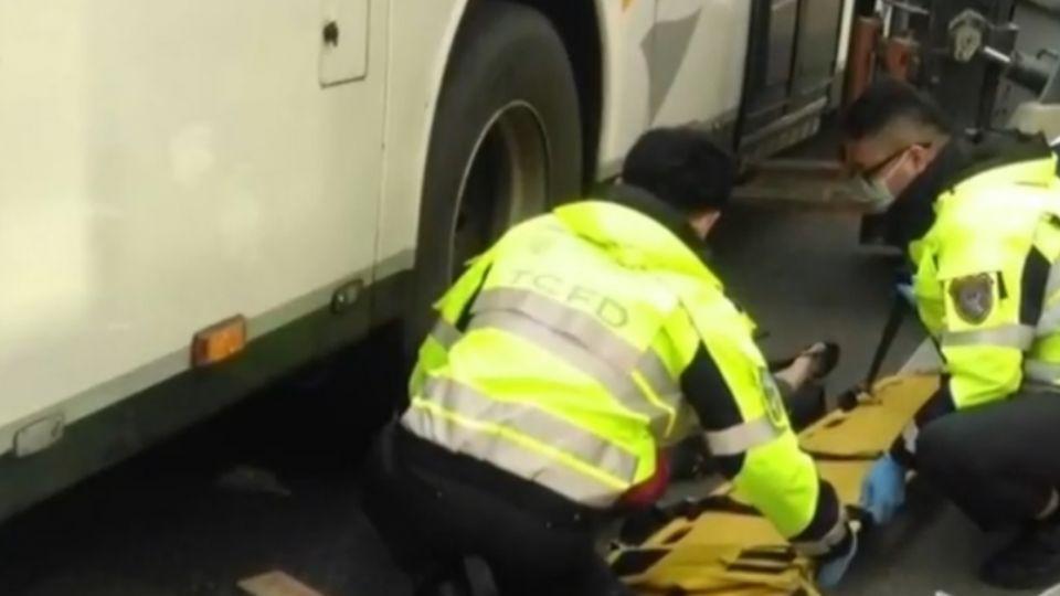 公車腳踏車擦撞 騎士左手臂遭後輪壓住