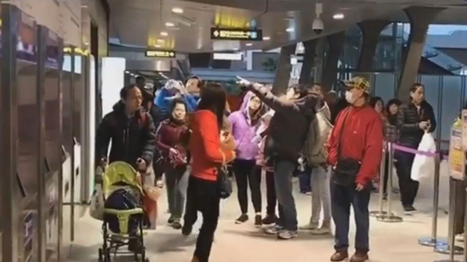 閘門遭乘客撞斷 機捷:有備品替換