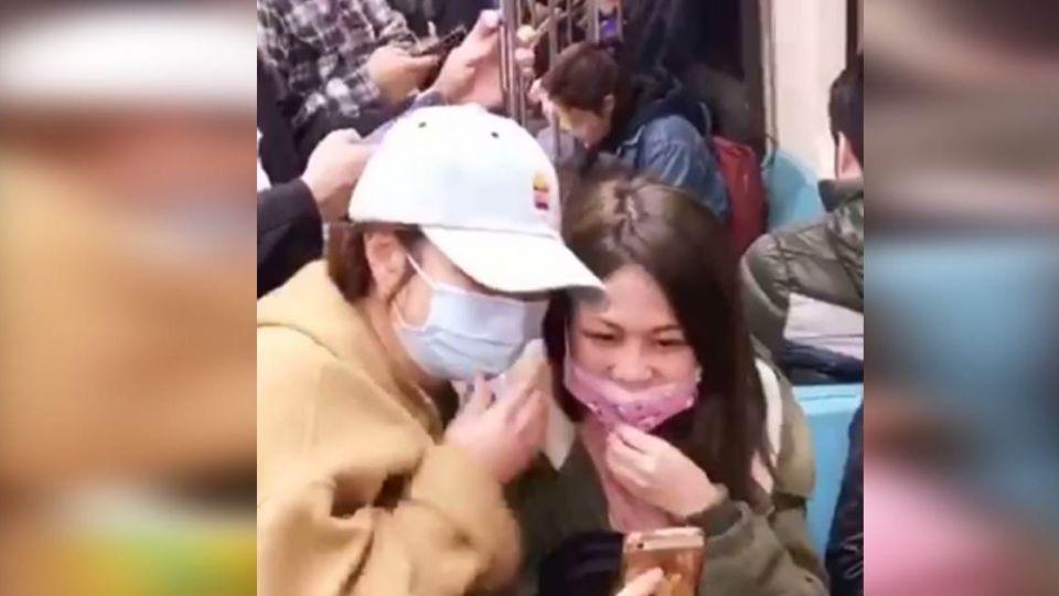 合照在這!Selina捷運「搭訕」女粉絲 照片獨家曝光