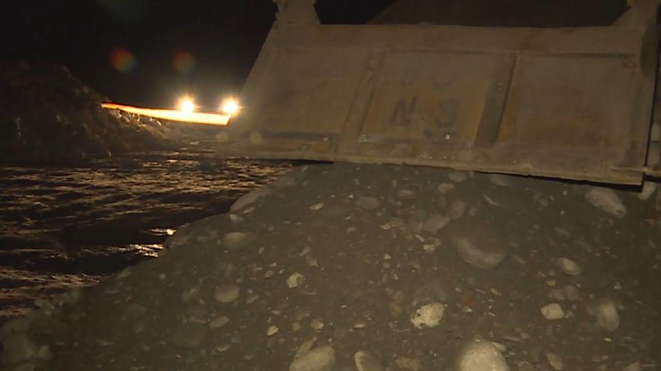 離奇!砂石車發動倒砂石 司機沒在車內命喪輪下