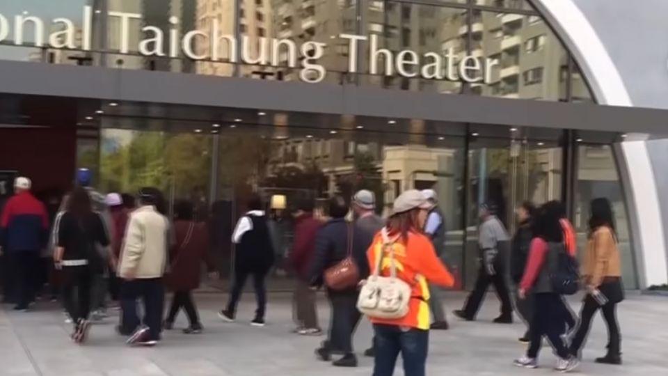 吵死人!一日遊盯上台中歌劇院 淪陷變菜市場