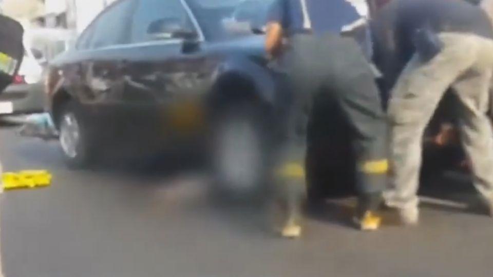 騎士遭輾壓困車底 熱心民眾抬車搶救