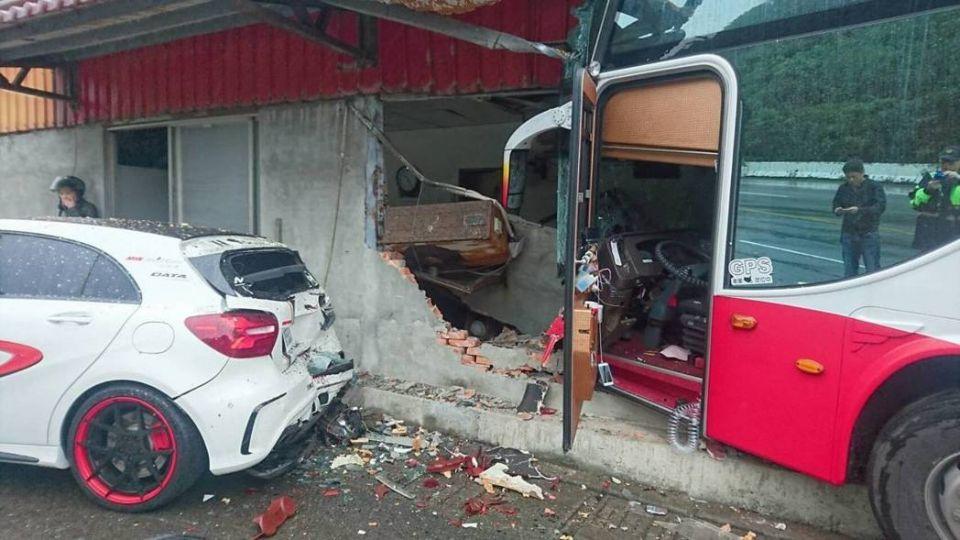陸客團遊覽車又出事!衝入民宅建築半毀 司機命危急救