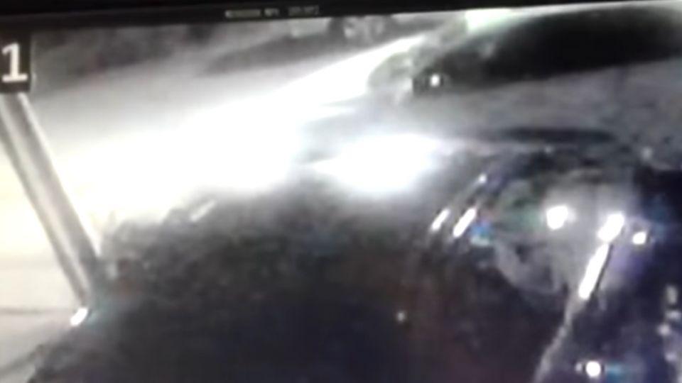 網友載人妻返家遭砸車 踩油門往前衝輾死醋夫