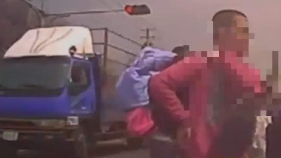 驚險! 貨車高速逆向闖紅燈 學童險遭撞