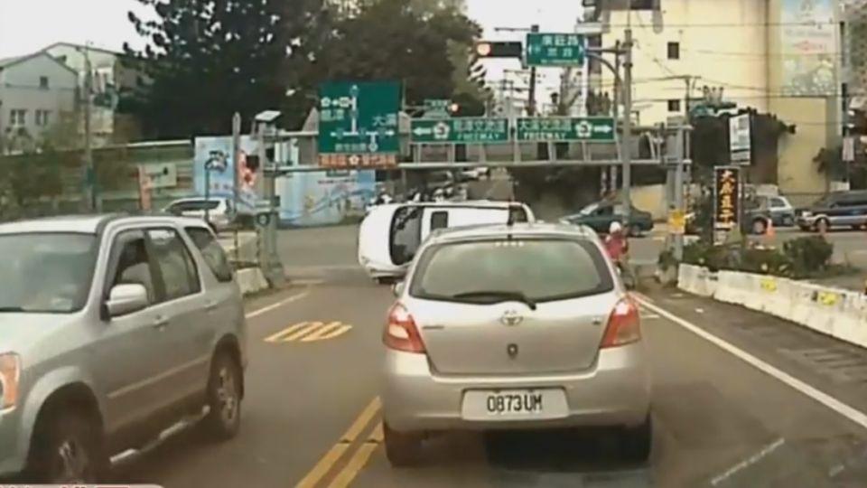 左轉遭撞翻! 白車「四輪朝天」 騎士急閃邊