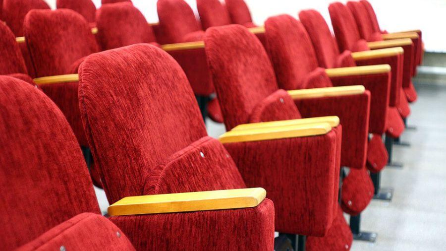電影院的椅子為何都是紅色?背後原因讓網友直呼:長知識!