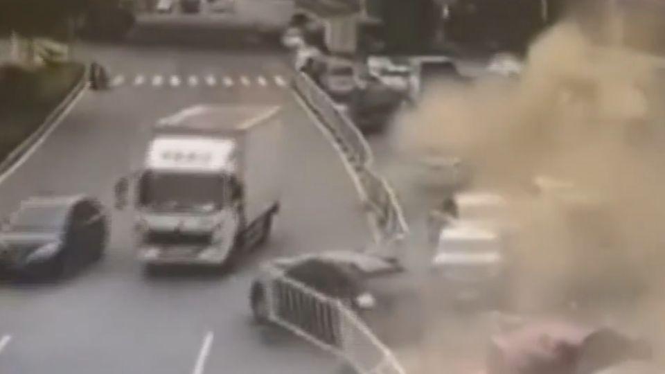 油罐車失控衝撞14車 現場猶如災難片場景