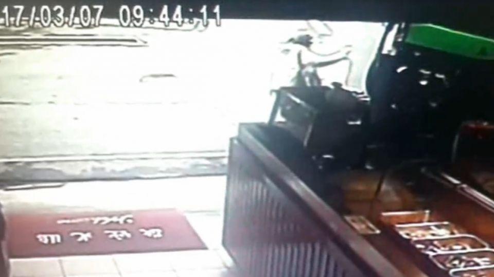 婦人遭工程車正面撞擊「捲車內」 警消人員急救援