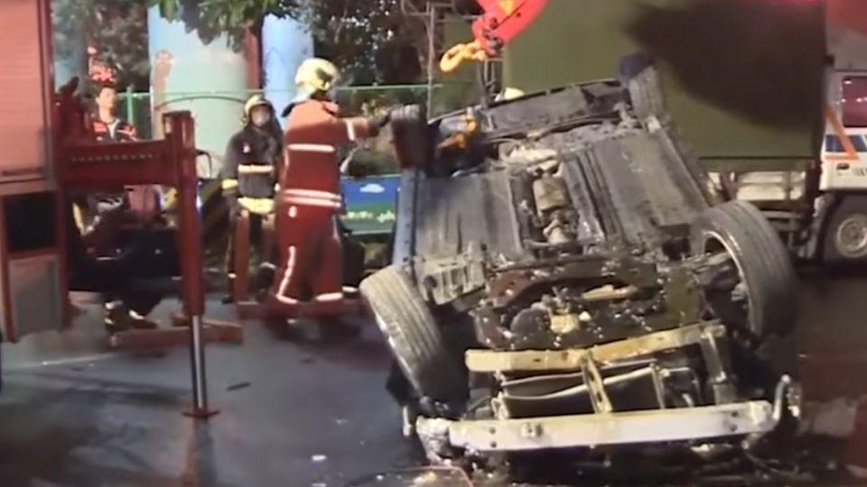 轎車失控撞騎士翻落20米橋下 1死1重傷