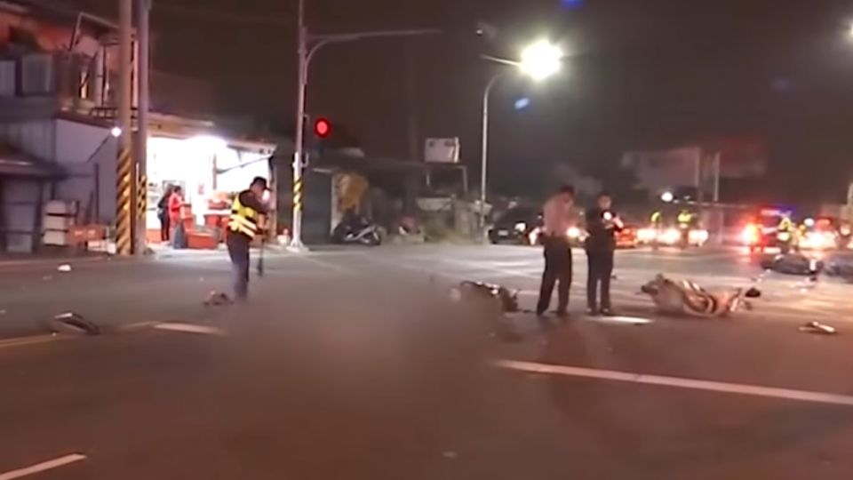 驚悚!騎士逆向左轉 釀6車對撞「1死4傷」
