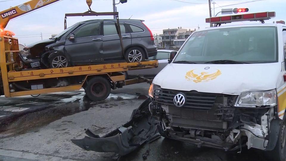 休旅車搶快過路口 撞救護車又撞橋墩