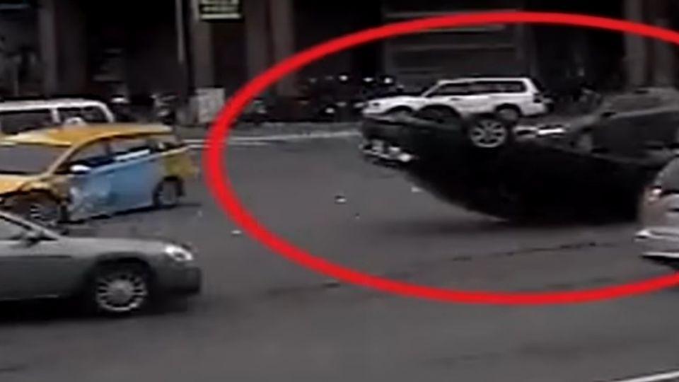 燒酒雞惹禍?酒駕男撞小黃180度翻車