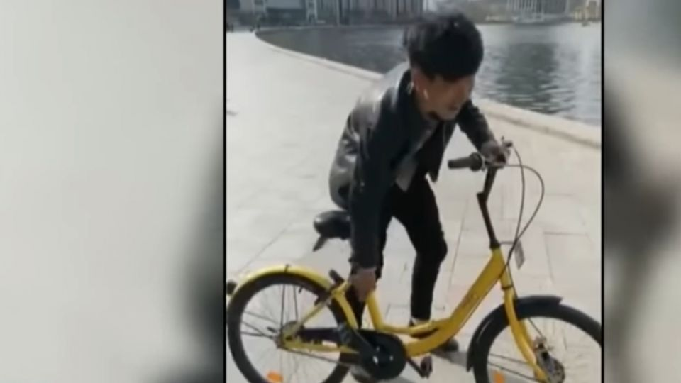 衝直播人氣 男扔公共單車入河 遭檢舉被逮