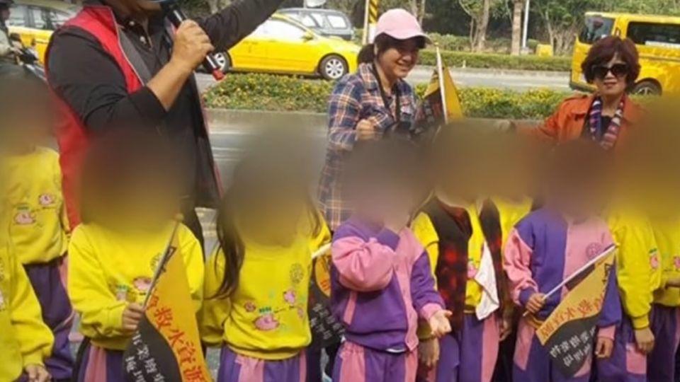 變調戶外教學! 幼園學童被帶到抗議現場搖旗