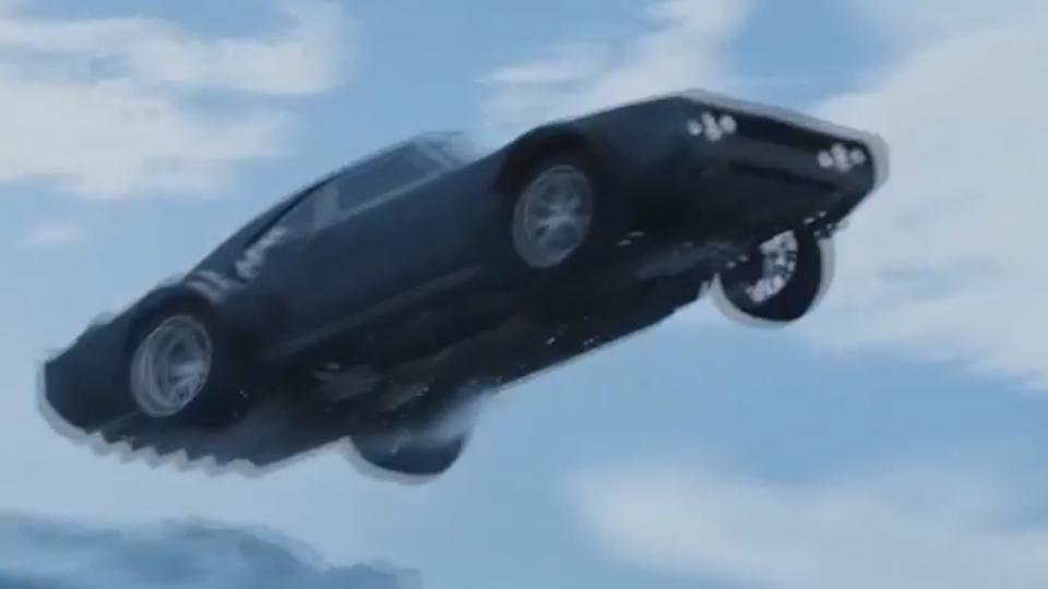 「玩命8」驚險無極限 手接榴彈、飛車爆破