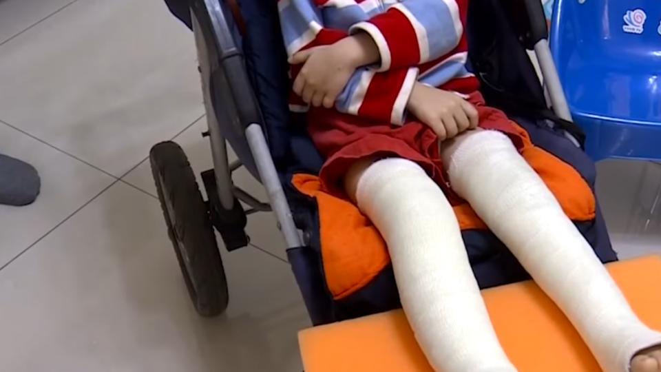 新崛江攤車遭棄置停車格 風大吹倒壓傷三歲童
