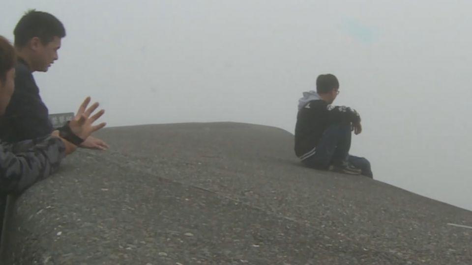 鷹石尖2.0 「渭水之丘」圍欄禁攀爬 遊客視而不見