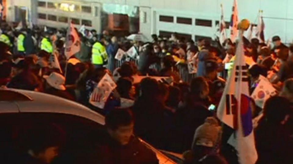 數百支持者聚集私宅外 挺朴民眾見記者就罵