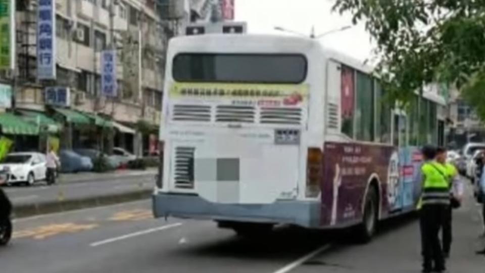 公車疑未保持距離 女騎士遭擦撞再被輾斃