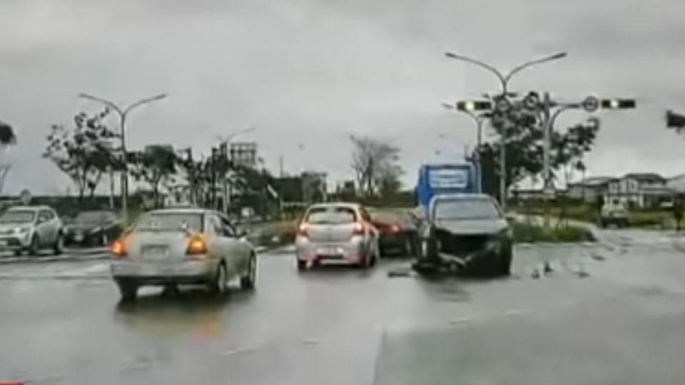 疑搶快!違規左轉撞休旅車 德國房車全毀