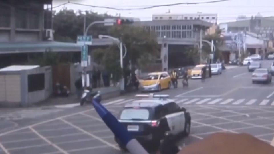 為報復員警 他惡搞紅綠燈口 十字路口全紅燈