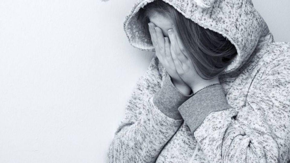 心疼12歲女嘔吐…6旬父「這樣做」 害她崩潰尋短進精神病院