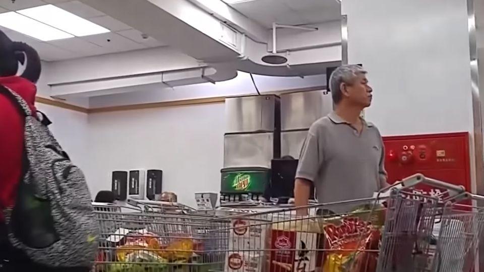美式賣場用餐忘拿包 婦偷錢再送服務台招領