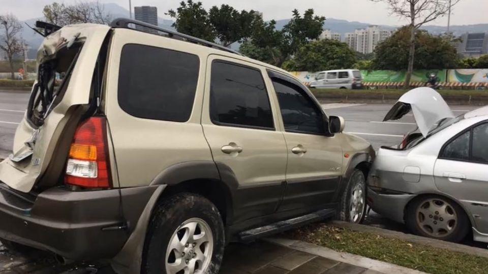 砂石車肇逃連撞8車 休旅車毀撞上人行道