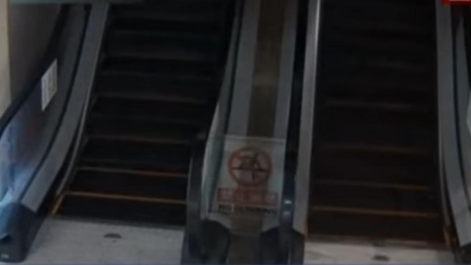一老一幼手扶梯前跌倒 「速度哥」出手化險為夷