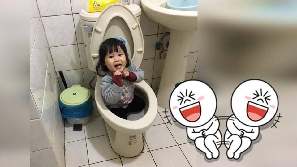 兒跪坐馬桶「開心比YA」…姊幫沖水 媽媽小宇宙崩潰了