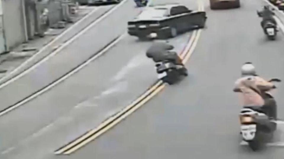 毒蟲躲警飆撞15機車 為逃丟棄整車毒品