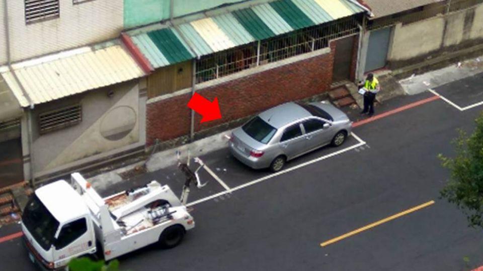 轎車「完美停進」停車格仍遭拖吊 網友驚:長常識了!