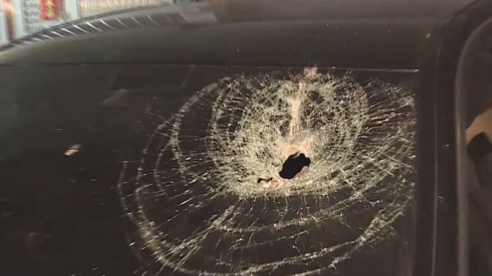 女兒磚牆剝落 石塊5樓墜砸破賓士車玻璃