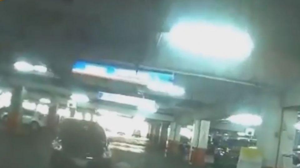 嚇死人!賣場搶車位 駕駛對向車道狂衝「急轉彎」