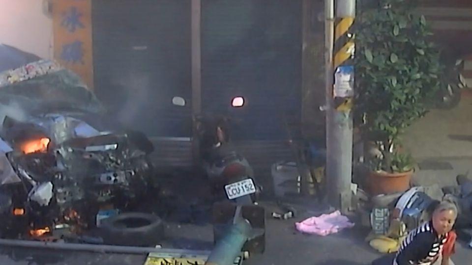 駕駛失控撞斷燈桿 「掃中機車」婦路過重摔倒地